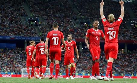 Suiza se clasifica aceptando la neutralidad (2-2)