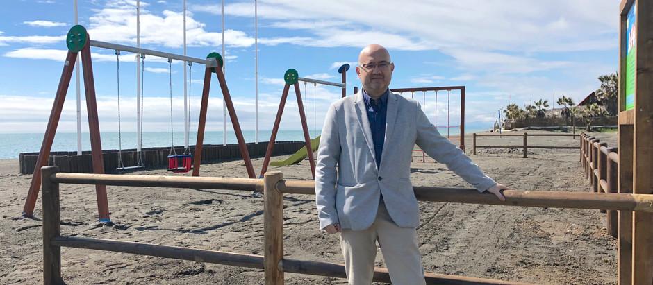 La delegación de Playas instala un nuevo parque infantil en la playa del Hornillo de Almayate