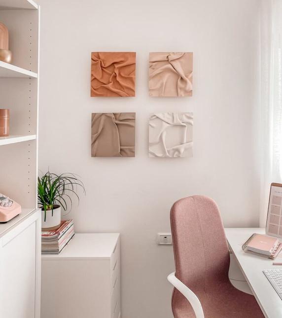סט יצירות אמנות במשרד של תמר