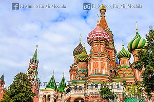 Fotografía de la plaza roja de moscú (Rusia) tomada en el atardecer en la catedral de san basilio y el kremlin detras