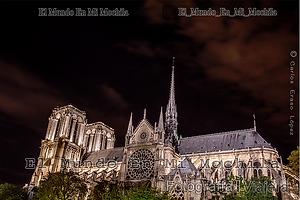 Fotografia de la catedral de notre dame en paris francia por la noche