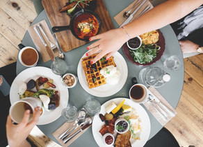 6 Ways to Stay on Track While Eating Out