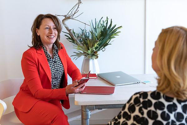 Hannie Aalbrechtse in gesprek met klant