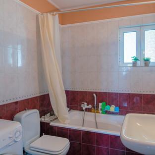 32 Middle Floor Bathroom 1.jpg