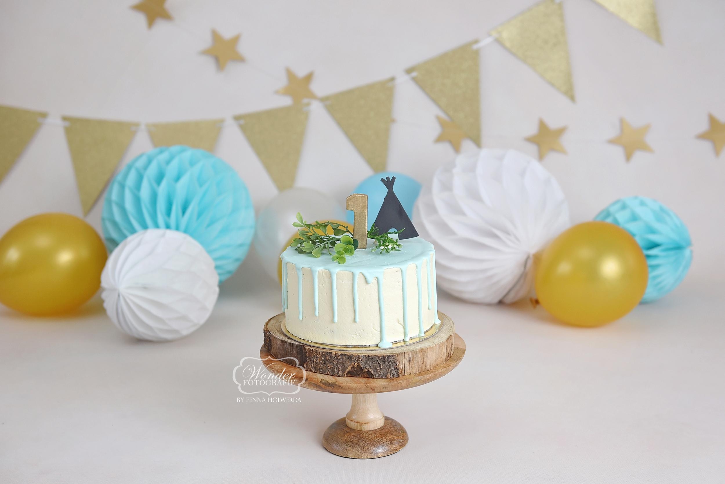lichtblauw dripcake tipi tent goud cake smash fotoshoot