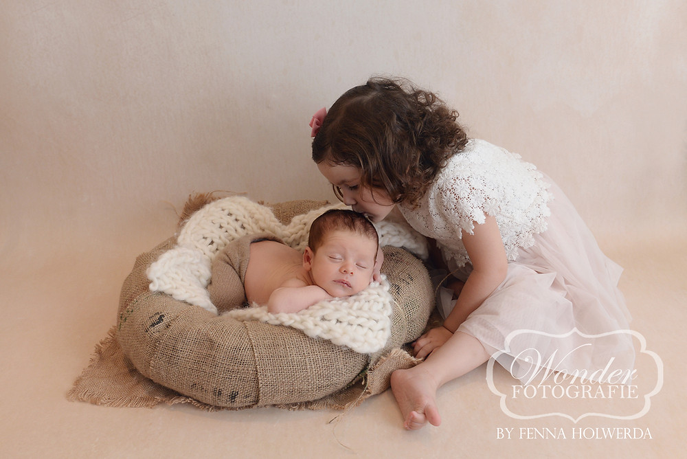 Fine Art Newborn Fotoshoot Photoshoot Fotograaf Almere babyfotoshoot broer zus brother sister