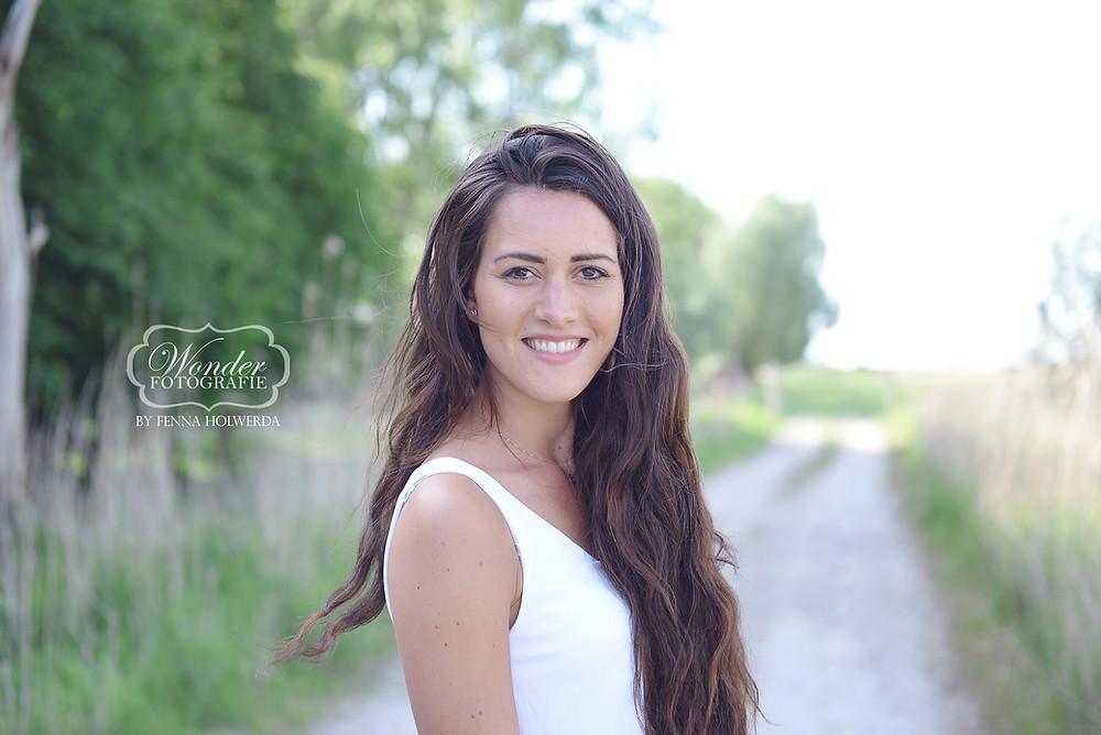 Verlovingsfotoshoot Verlovingsshoot loveshoot portretfotoshoot buiten trouwkaart foto voorbeeld inspiratie
