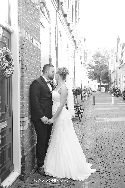 trouwen bruiloft kampen elburg trouwfotograaf trouwfoto bruidsfotograaf blauw trouwpak bretels gebreid strikje trouwjurk schouderbandjes
