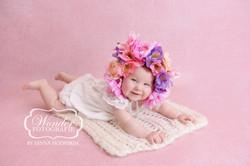 Sitter Sessie Fotoshoot babyfotoshoot studio roze meisje bloemen