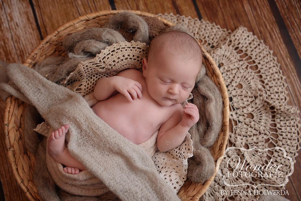 newborn fotoshoot beste babyfotoshoot puur professioneel studio geposeerd geboortekaartje wonder fotografie almere