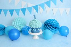 cake smash fotoshoot blauw jongen inspiratie taart giant cupcake doorlopende achtergrond