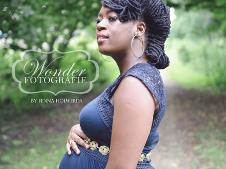 Zwangerschapsfotoshoot binnen in de studio en buiten