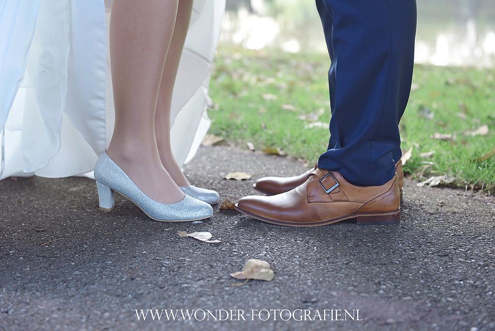 trouwen bruiloft kampen elburg trouwfotograaf trouwfoto bruidsfotograaf blauw trouwpak trouwjurk schouderbandjes