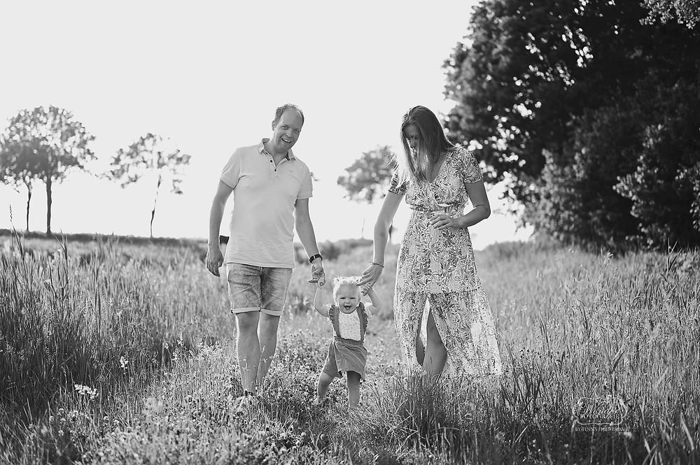Gezin fotoshoot gezinsshoot shoot familie buiten gouden uurtje natuurlijk warm boho overijssel friesland