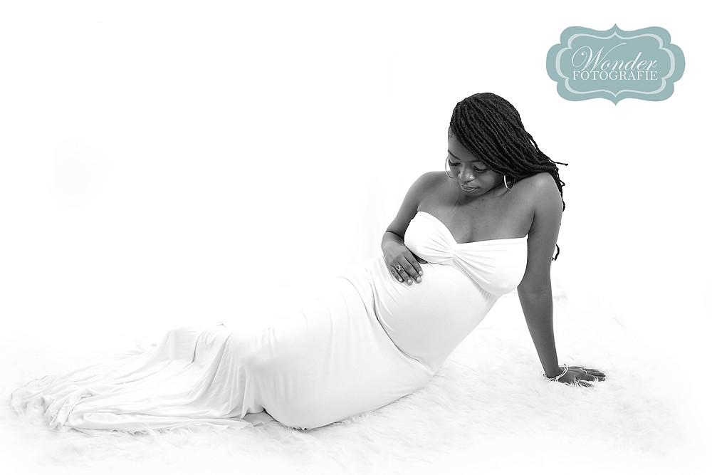 Fotograaf almere Zwangerschapsfotoshoot binnen in de studio en buiten