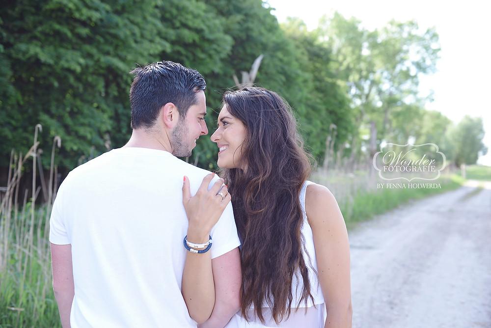 Verlovingsfotoshoot Verlovingsshoot loveshoot portretfotoshoot buiten trouwkaart foto voorbeeld