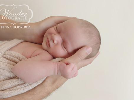 Newborn Fotoshoot - Slapend in de armen van papa en mama