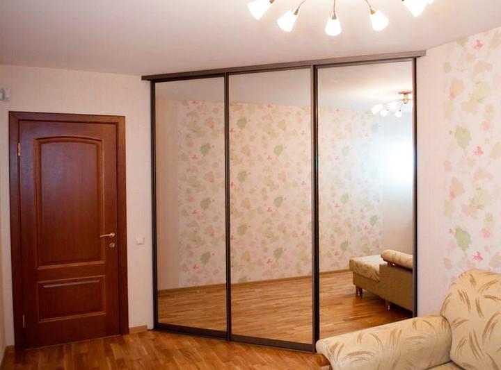 Угловой встроенный шкаф-купе с зеркальными фасадами