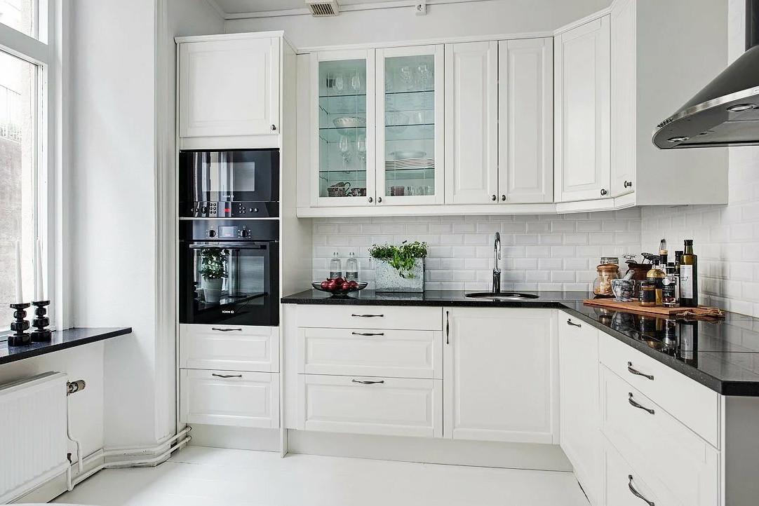 Угловая белая кухня в скандинавском стиле