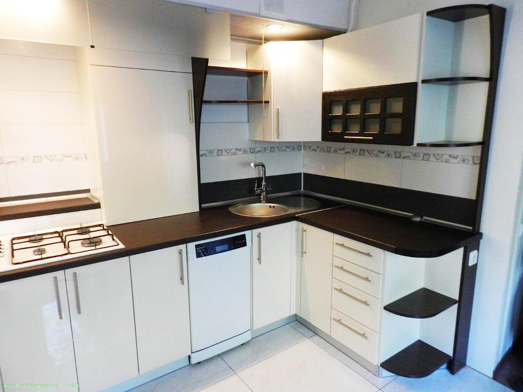Черно-белая угловая кухня из ДСП