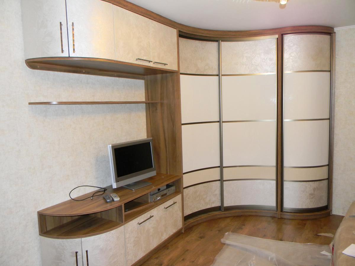 Угловой радиусный шкаф с TV-зоной