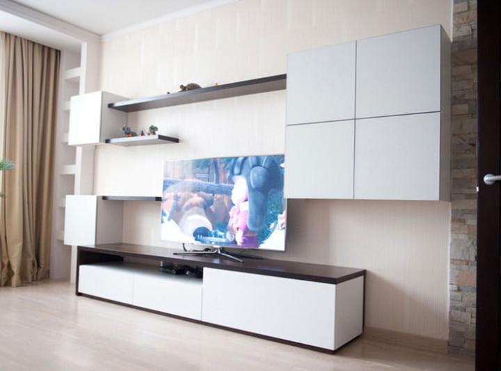 Стенка в гостиную с зоной для телевизора с белыми матовыми фасадами