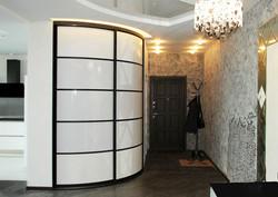 Радиусный шкаф-купе с белым стеклом