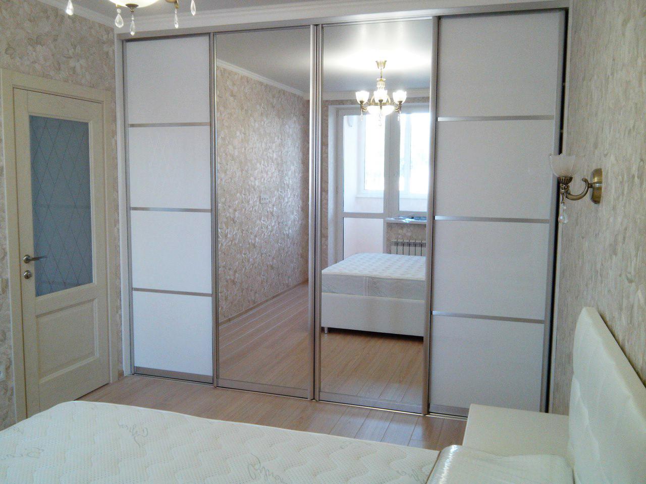 Шкаф-купе четырехдверный с белым стеклом и зеркалом