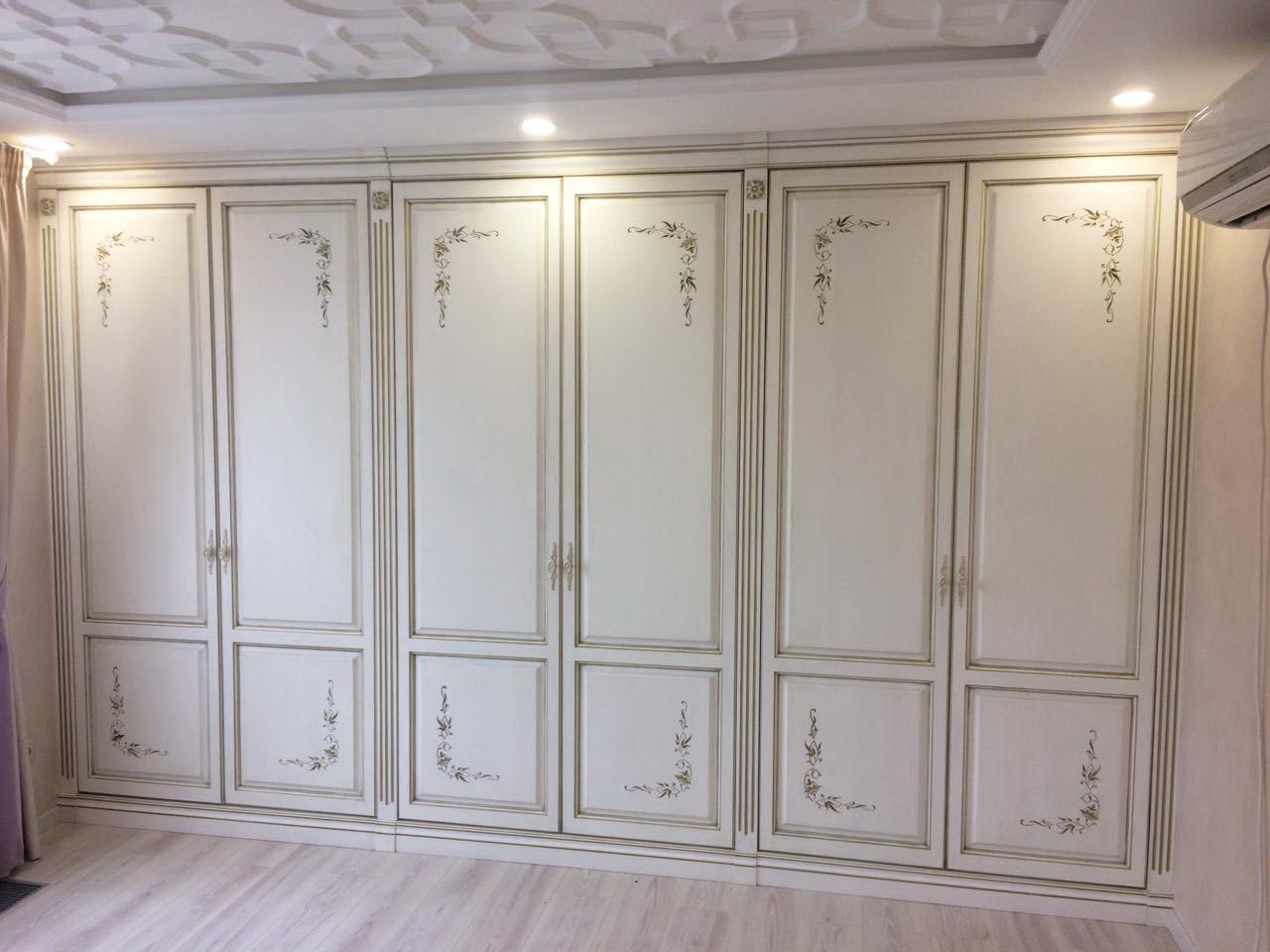 Распашной шкаф с росписью на фасаде