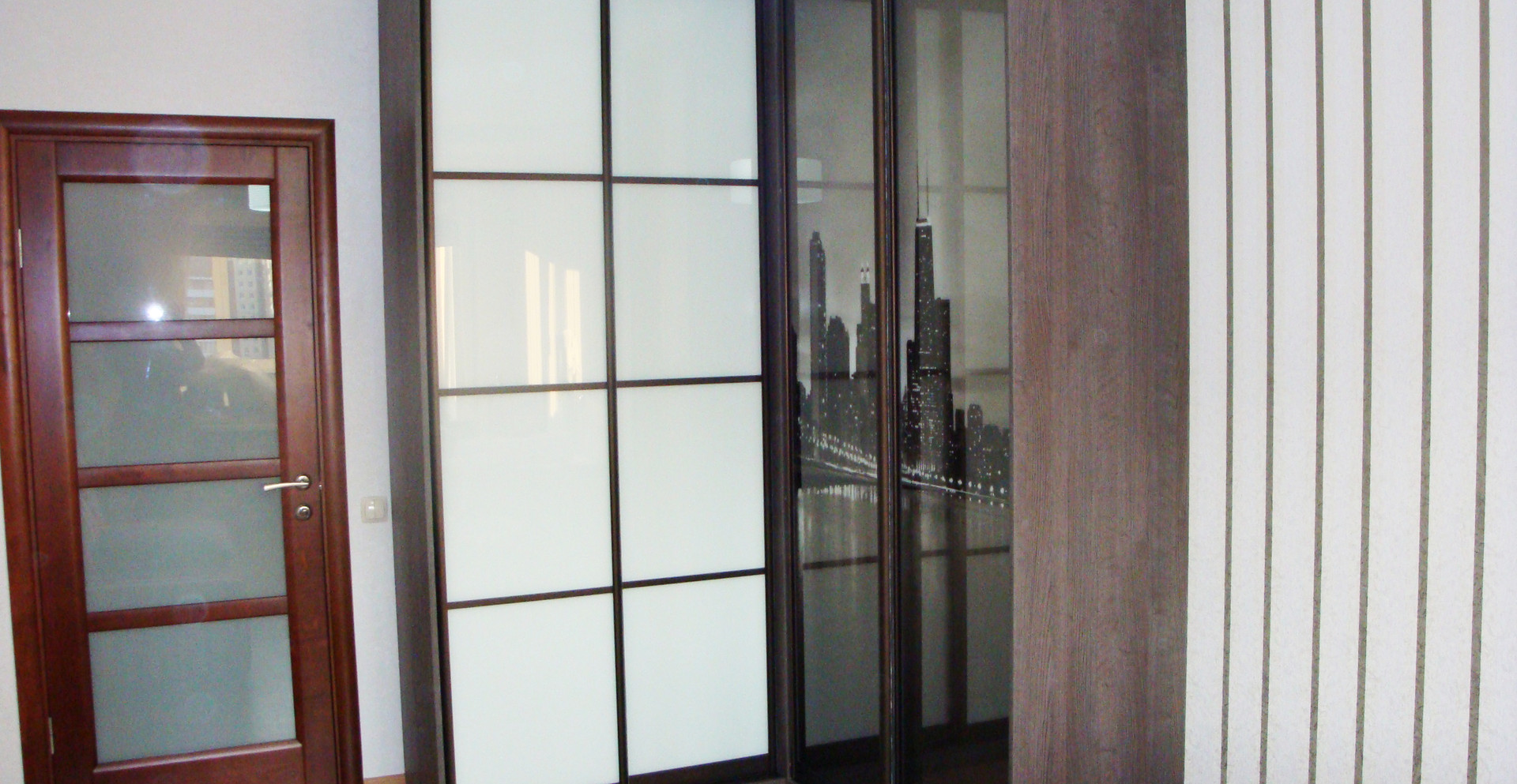 Угловой шкаф-купе с фотопечатью на фасадах