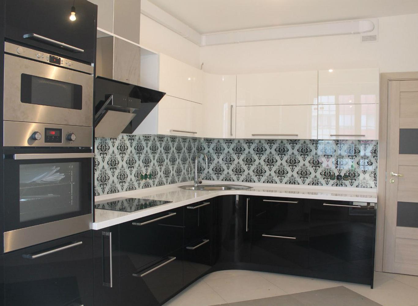 Яркая угловая черно-белая кухня МДФ