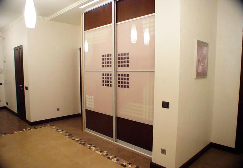 Двухдверный шкаф-купе в коридор