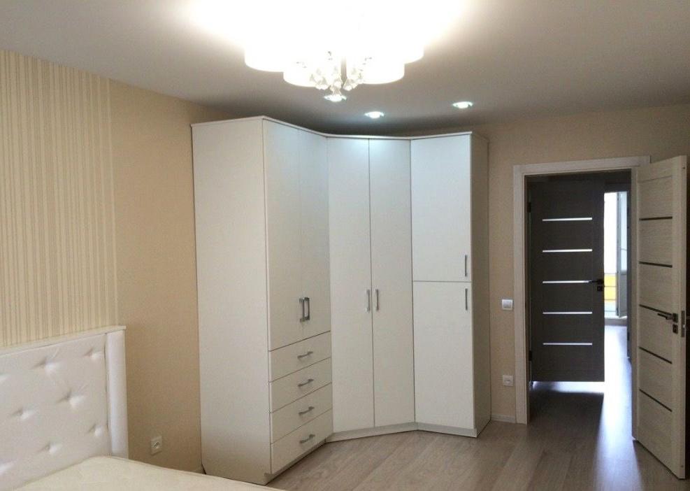 Распашной угловой шкаф в белом цвете