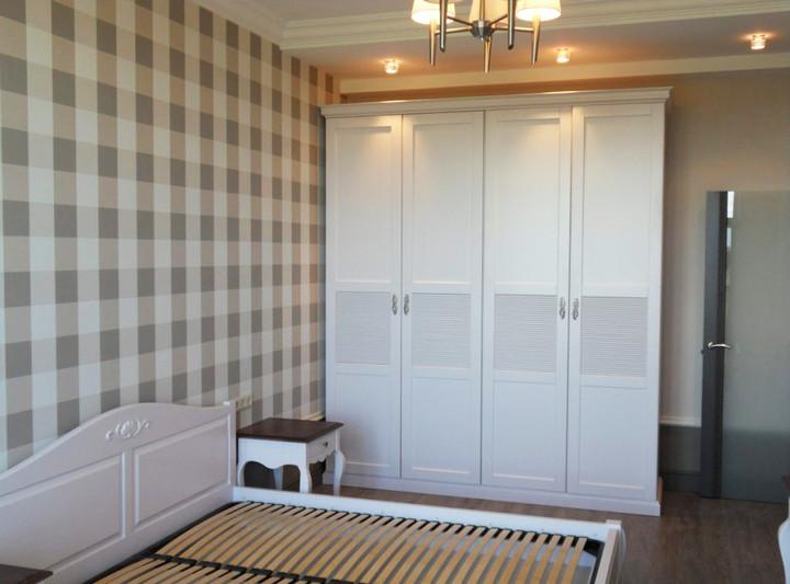 Шкаф с распашными фасадами для спальни