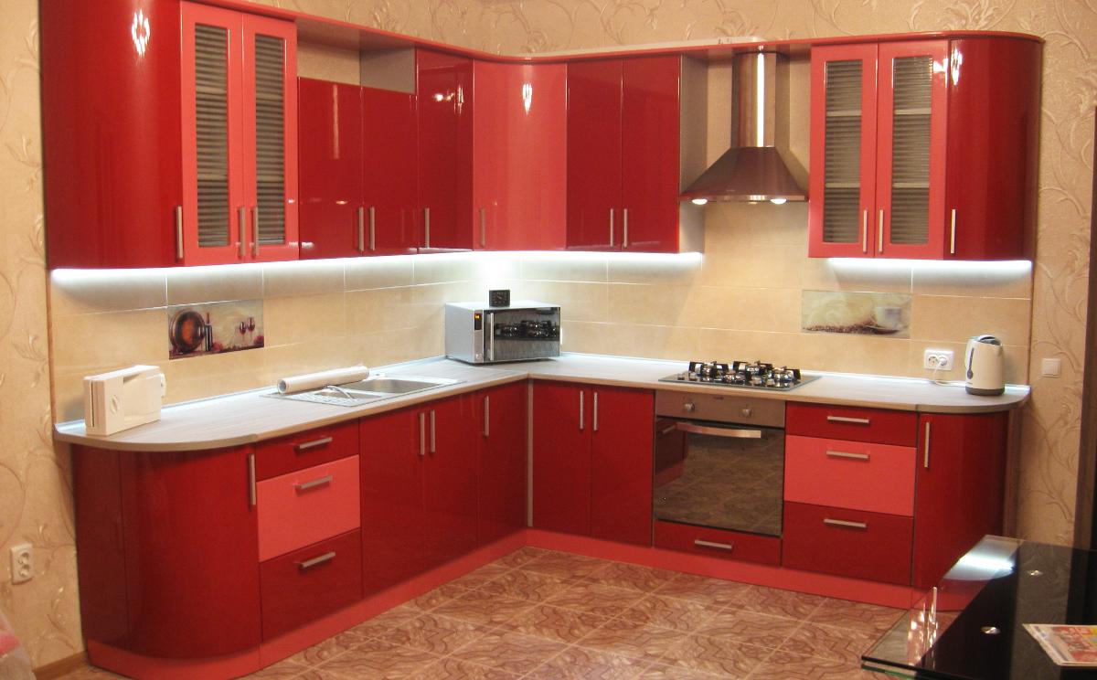 Угловая кухня в красно-розовом цвете