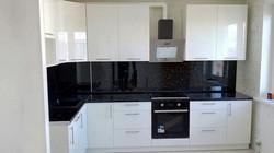Угловая кухня в черно-белом цвете