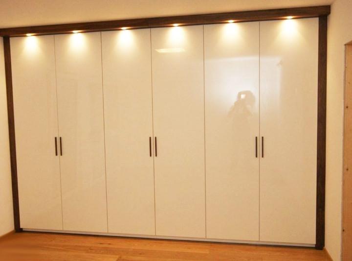 Шкаф с распашными глянцевыми фасадами