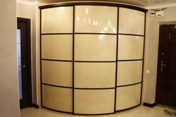 Радиусный шкаф с глянцевыми фасадами