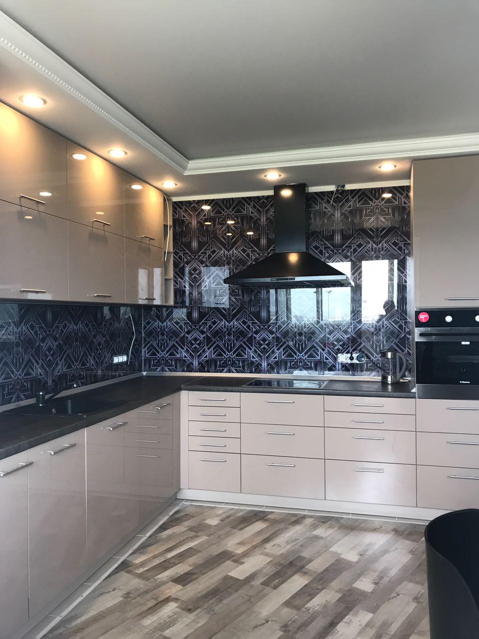 Кухня с фартуком из стекла, Вид 2
