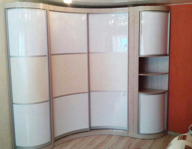 Радиусный шкаф-купе с открытой нишей в угловой консоле