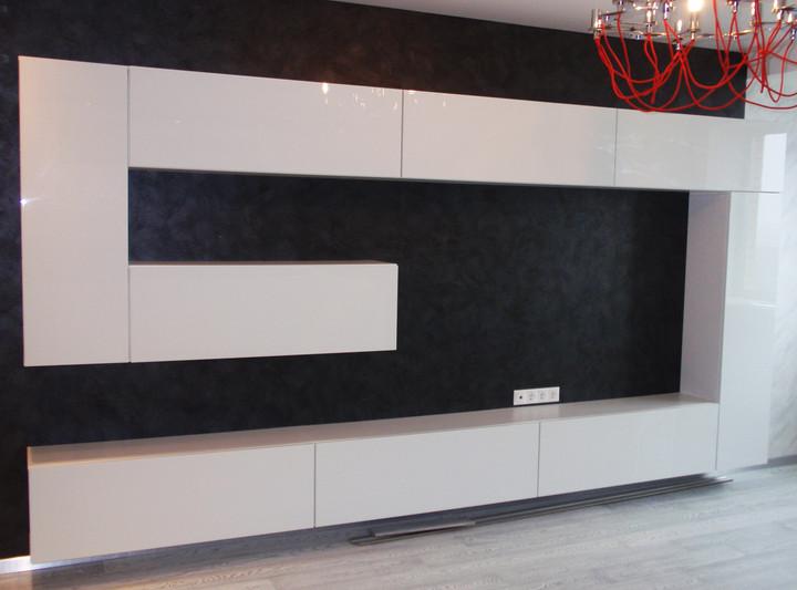Стенка в гостиную с зоной для телевизора с белыми фасадами
