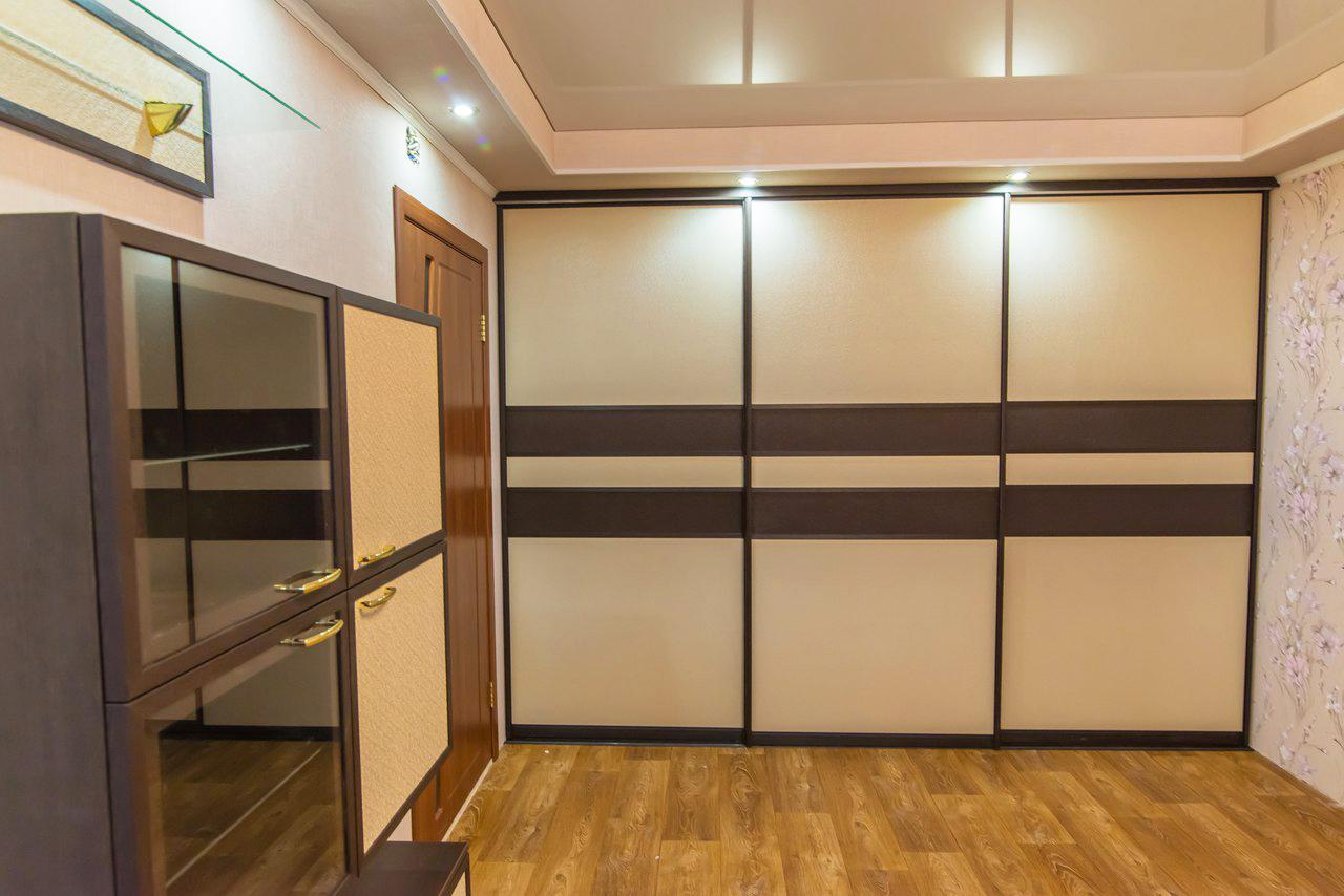Трехдверный шкаф-купе в гостиную