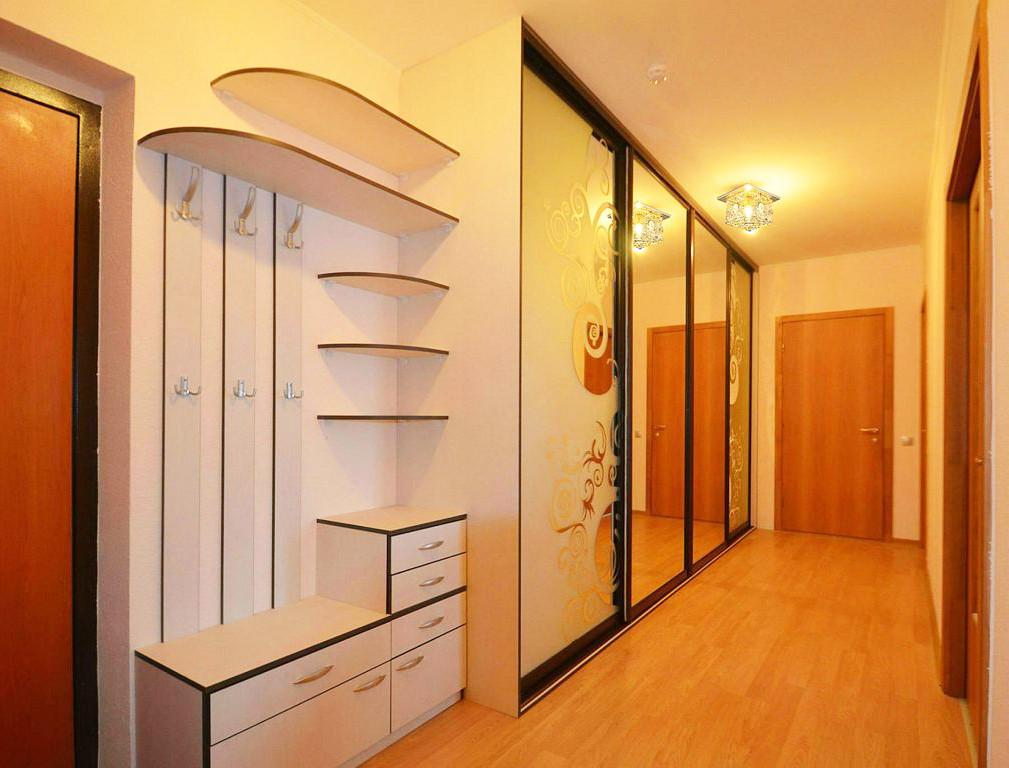 Шкаф-купе в коридор с открытой зоной для верхней одежды