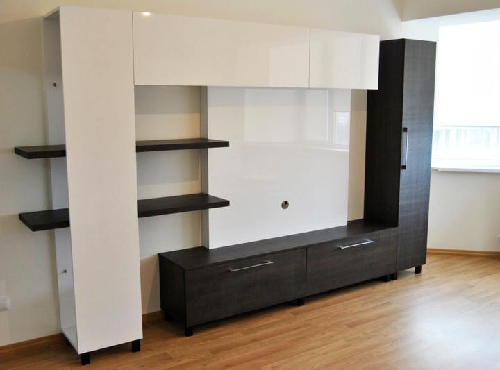 Стенка в гостиную с зоной для телевизора с модулями контрастного цвета