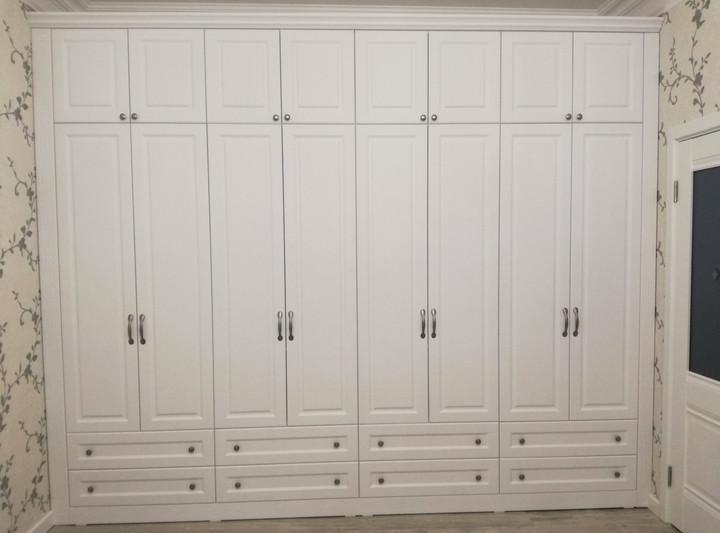 Шкаф с распашными фасадами с фрезеровкой
