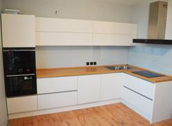 Угловая белая кухня из ДСП