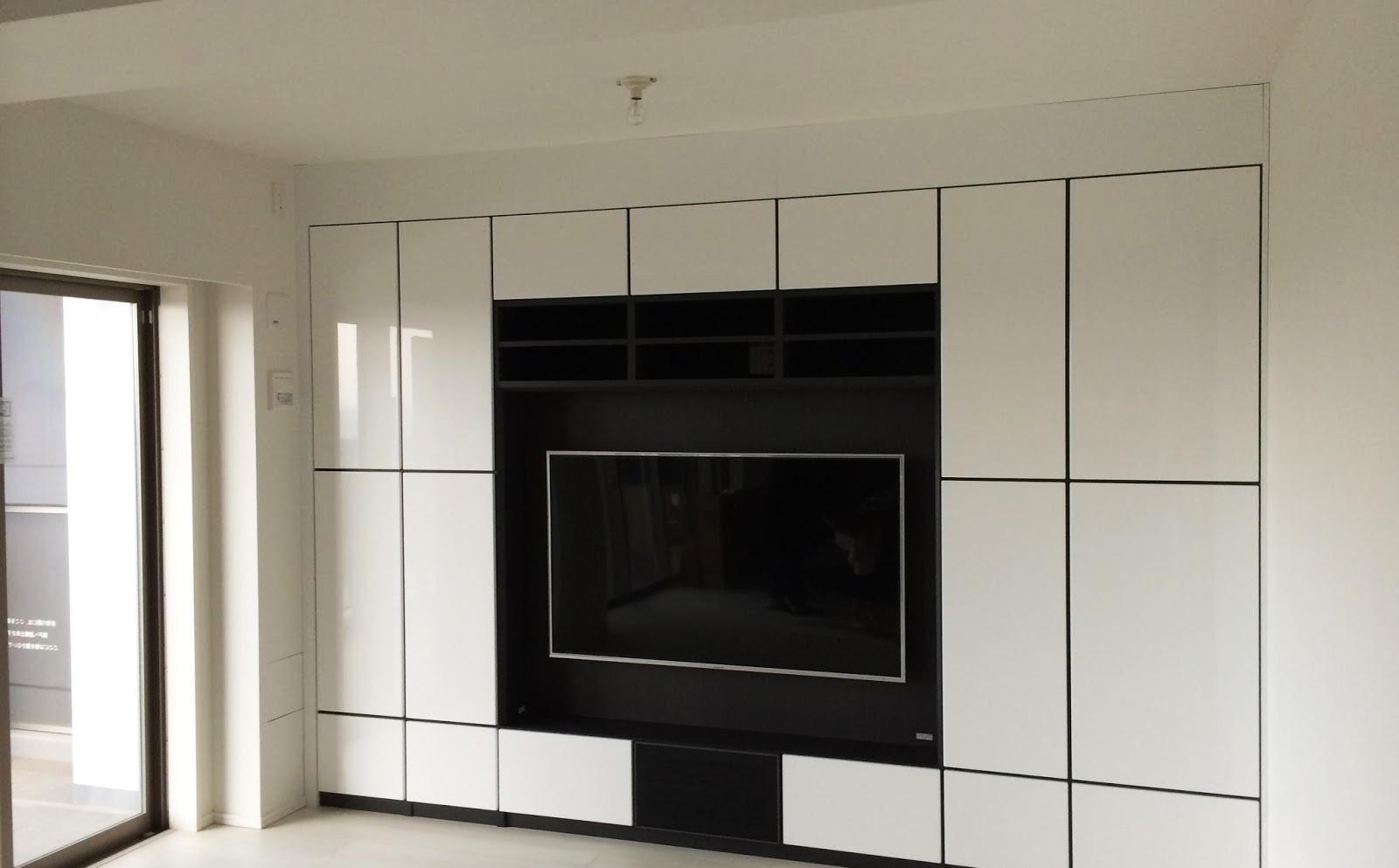 Стенка в гостиную с зоной для телевизора в черно-белом цвете