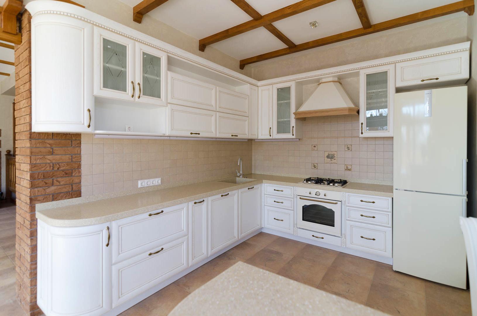 Светлая кухня из массива дерева