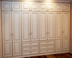 Распашной шкаф с золотой патиной