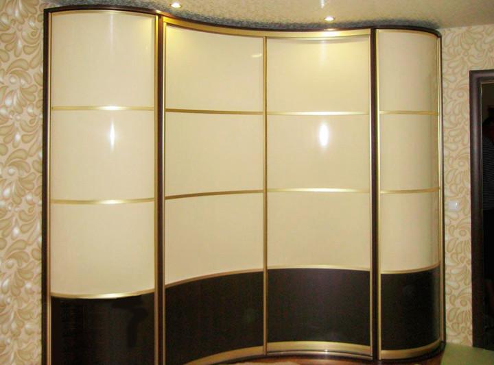 """Радиусный шкаф-купе с профилем цвета """"Золото"""""""